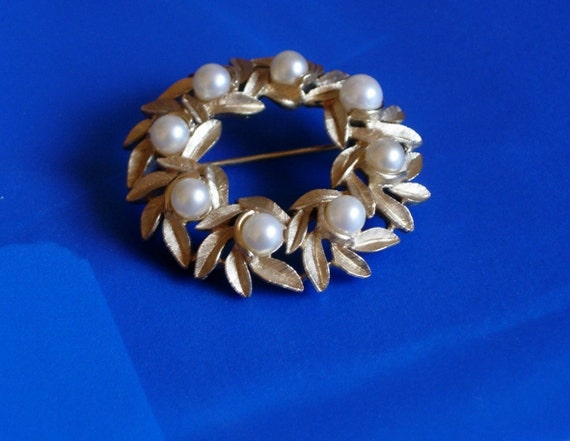 Avon Circle Pin with Leaves and Faux Pearls-Sale