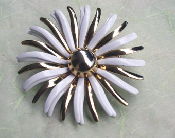 Retro White Enamel and Gold Tone Daisy Flower Pin