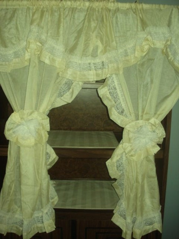 VINTAGE light yellow  priscilla lace ruffle curtains  2 tiebacks with matching shower curtain