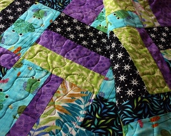 childs quilt // modern toddler bed quilt // rail quilt with frogs // READY TO SHIP