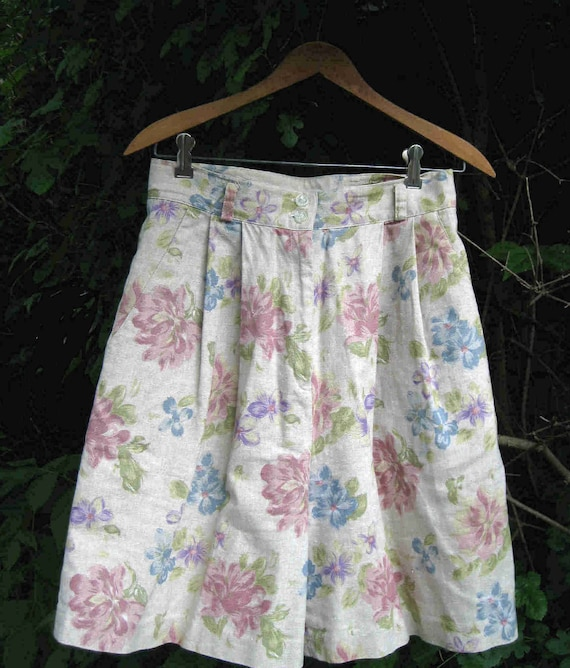size 10 LINEN 80s FLORAL shorts for dressy or casual, by chaus