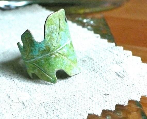 anitqued verdant. leaf ring