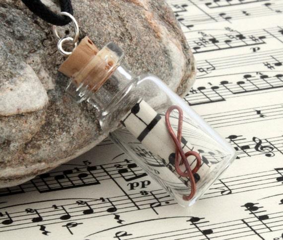 Partituras colgante de frasco de vidrio para amantes de la música con la voluta de partitura vintage reciclado y un cobre alambre regalo Musical clave de sol