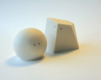 Salt and Pepper Shakers (White and White)
