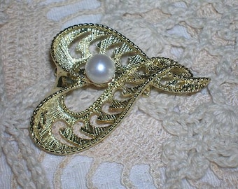 Lovely Goldtone Heart Brooch with Pearl Center