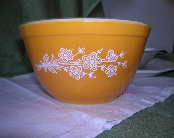 Pyrex Bowl, Ochre with White Flowers, 750 ml, Ovenware, Vintage Kitchen