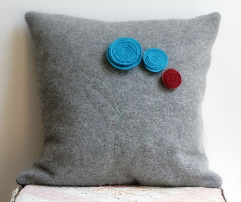 Felt flower pillow cover from upcycled cashmere sweater and - Cojines hechos a mano ...