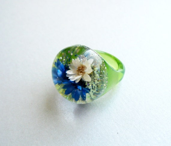 Confetti Lucite ring with embedded flowers in bubble 1960s Vintage
