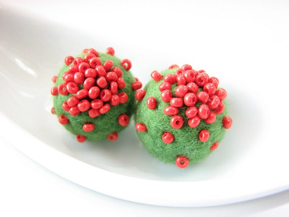 Set of 2 green felted round wool beads decorated with seed beads