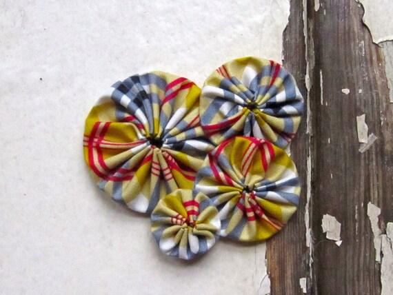 yo-yo flower fascinator, handmade.  tartán