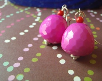 Vibrant vintage lucite earrings in faceted fushia with red rounds