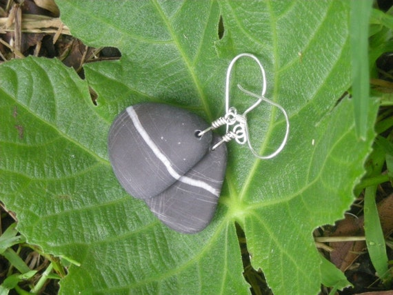River stone earrings with a white line - the beauty of simplicity