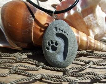 L'empreinte et chien patte Forever Friends - gravé plage Pierre pendentif bijoux - plus proche du collier d'obligations