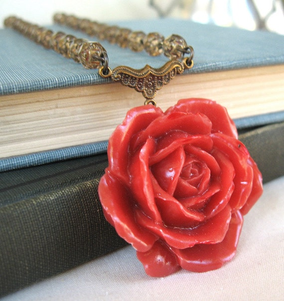 Beauty in the Evening - Red rose golden necklace - Elysia