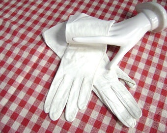 Vintage Gloves, Kid Leather, Creamy Antique White, Small, Silky Soft, Made for a Lady, Easter Sunday, Wedding, Tea Party Perfect