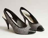 shoes 8 / woven leather heels / black white leather heels / slingback heels / 1980s heels / vintage shoes / shoes size 8