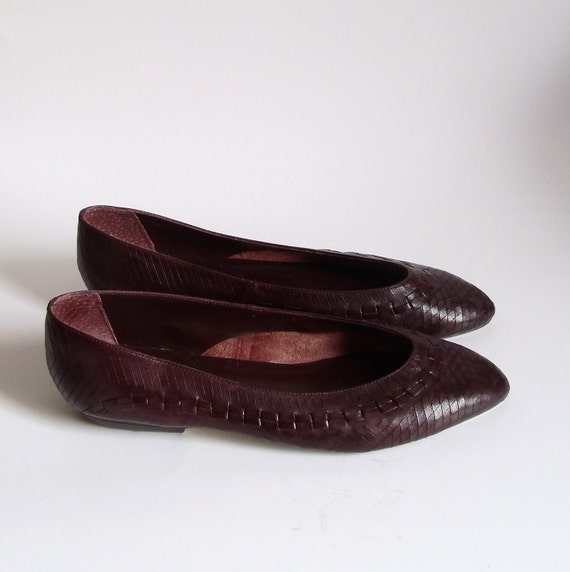 size 7W / 7.5 Vtg Dark Purple Leather Flats. woven detail. diamond texture. 80s slip ons.