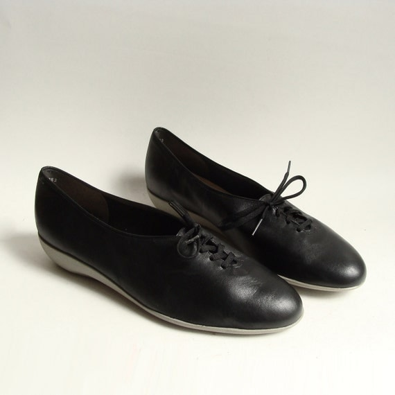 shoes 8.5 / black leather oxfords / minimal lace up flats / black oxford flats / shoes size 8.5 / vintage shoes
