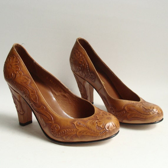 tooled leather heels / golden brown leather pumps / ReMix vintage 40s reproduction / size 7