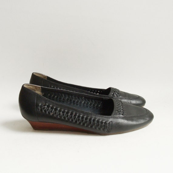 shoes 7 / black woven leather shoes / low wedge flats / huarache woven leather / shoes size 7 / vintage shoes