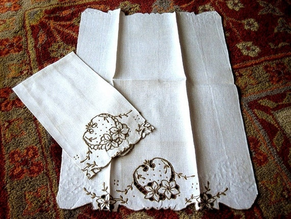 MADEIRA TOWEL set 2 linen cutwork lace embroidered Strawberry pair Big STRAWBERRIES