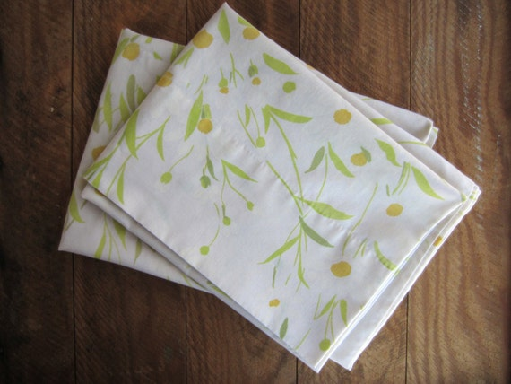 Vintage White Daisy Pillowcases Pair