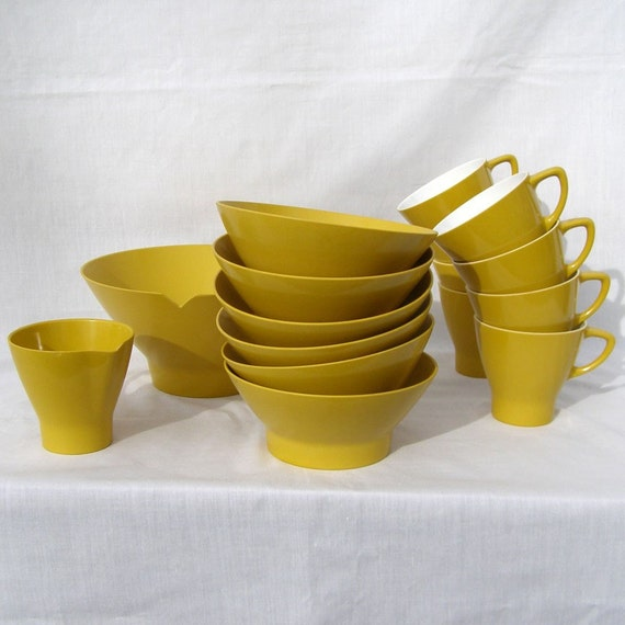 Vintage Melamine Yellow 16 Piece Dinnerware set