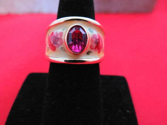 Vintage pink rhinestone cocktail ring with white and pink enamel in great condition, size 8