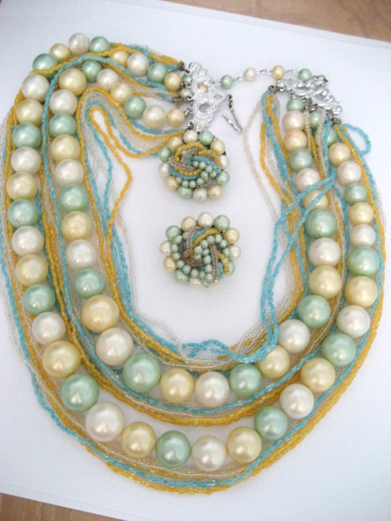 Beautiful vintage beaded necklace and earring set in nice condition