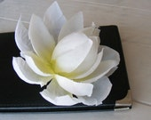 dame de LOTUS blanche - a white one - customizable on bobby pin, barrette, comb or alligator clip
