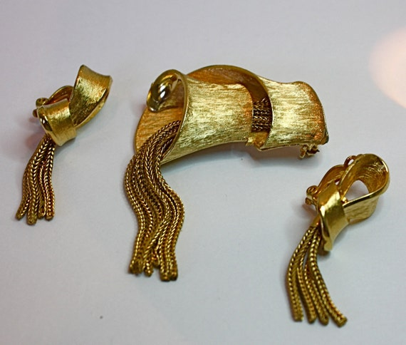 50s Vintage Brooch Earrings Gold Ribbon Swirl w Tassels Pin Clip Earrings Set