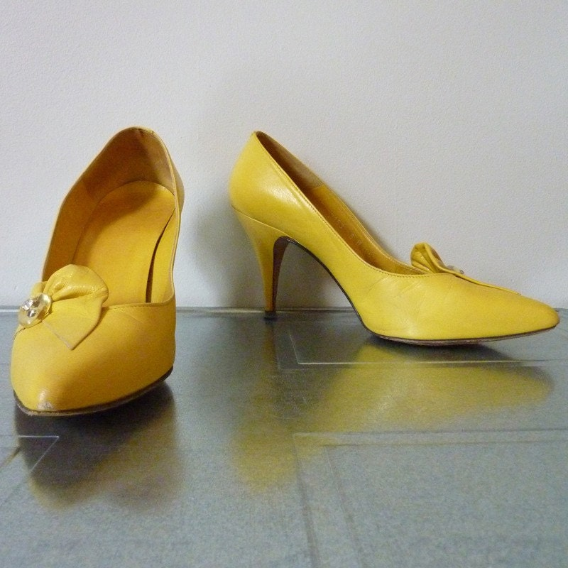 SALE WAS 32 NOW 20 Vintage yellow heels size 6