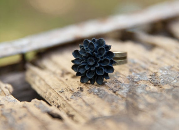 CLEARANCE Black Mum Flower Ring // Bridesmaid Gifts // Maid of Honor Gifts // Country Rustic Vintage Wedding - Noir