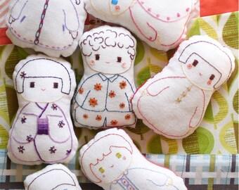 PDF- chambre de poupée - livret de broderie et de couture en ANGLAIS téléchargeable, diy broderie couture, jouet en tissu, poupée kokeshi