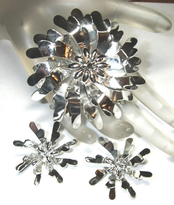 Vintage Brooch an Earring Set Dahlia's Bright Silver Tone Flower 4D