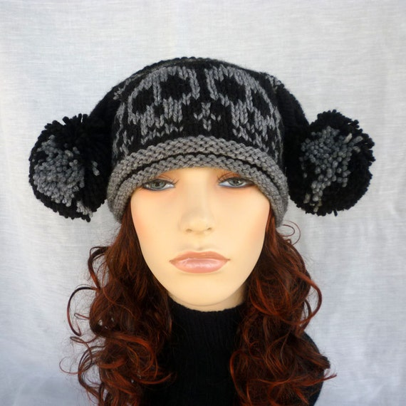 Pom-pom square hat with skulls