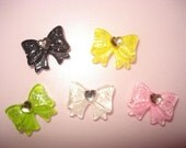 5 small bow cabochons with heart gem