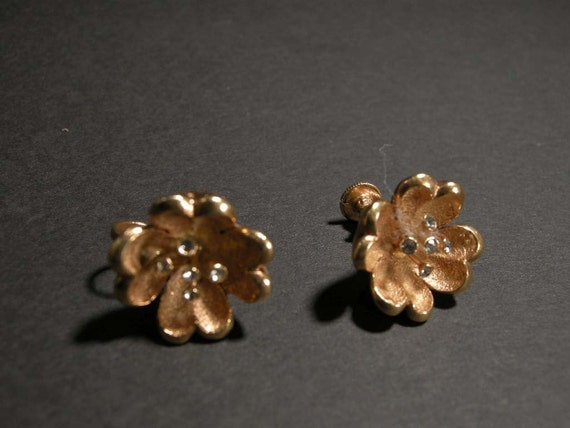 VINTAGE GOLDTONE FLOWER EARRING WITH CLEAR RHINESTONE CENTER