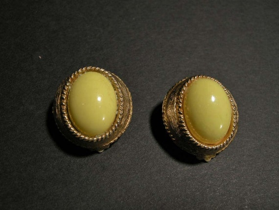 VINTAGE RETRO STYLE CLIP EARRINGS W\/ YELLOW COLOR CENTER CABACHON