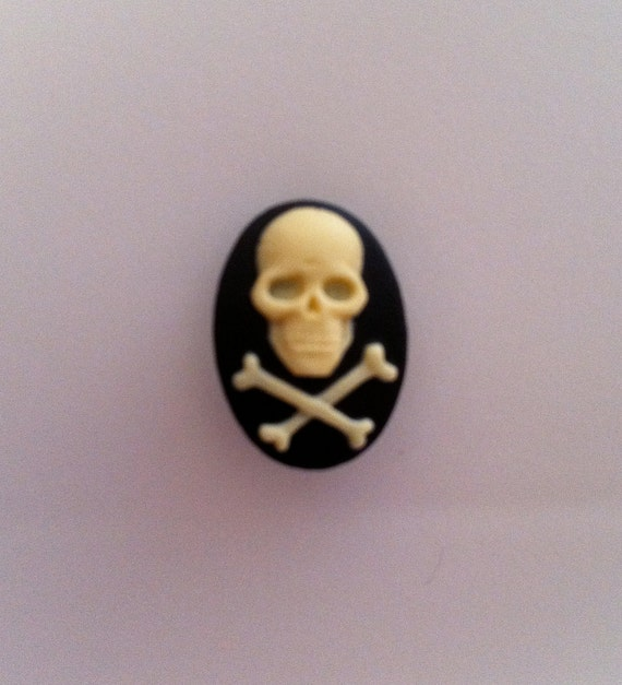 Skull and Crossbone Cameos 18x13, set of 6 Ivory
