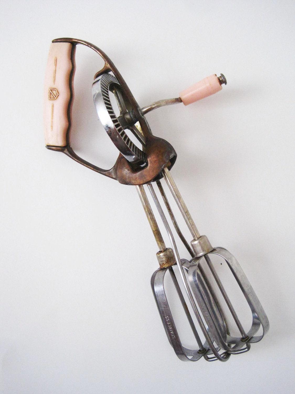 vintage 1950s hand held mixer egg beater pink bakelite handle. Black Bedroom Furniture Sets. Home Design Ideas