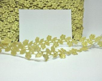 daisy trim  Metallic  GOLD  Daisy Flowers with leaves Trim