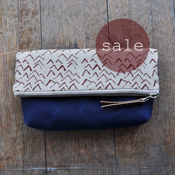 SALE LARGE POUCH - waxed/vees (blue)