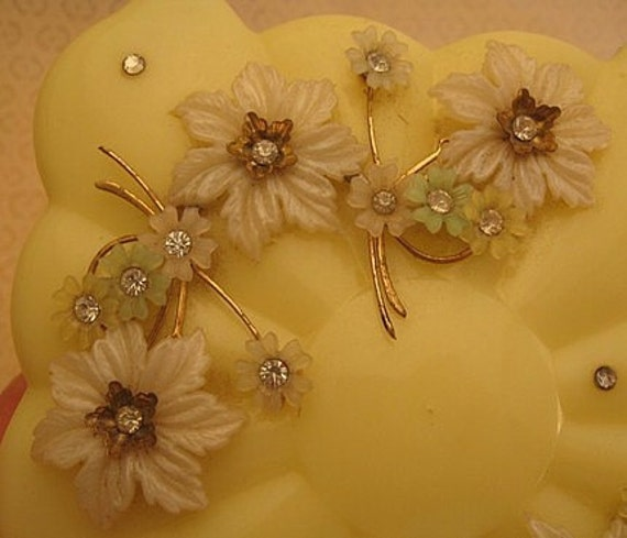 vintage rhinestone and plastic flowers powder box yellow menda. Black Bedroom Furniture Sets. Home Design Ideas