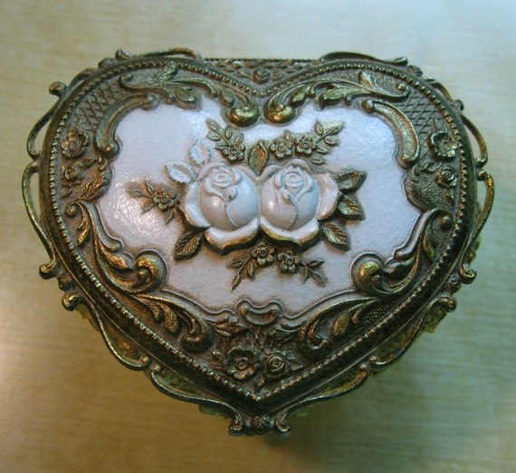 Vintage jewelry box metal heart with roses for Vintage antique jewelry box
