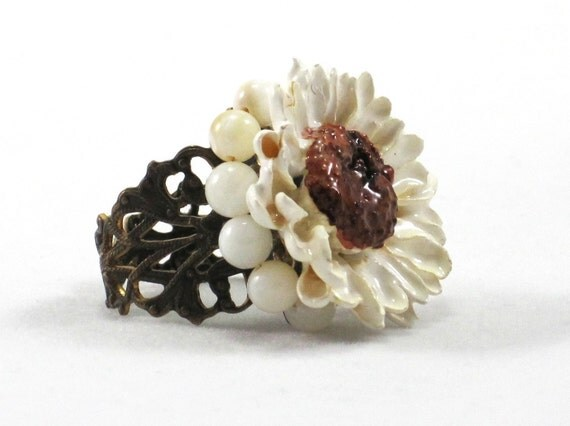 Une Paquerette - preserved daisy and shell bead antiqued brass filigree ring