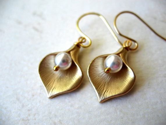 Fall Wedding Jewelry, Calla Earrings, Gold Lilly Pearl Earrings, Bridal Party Jewelry, Bridesmaids gift, Maid of Honor, Wedding Jewelry