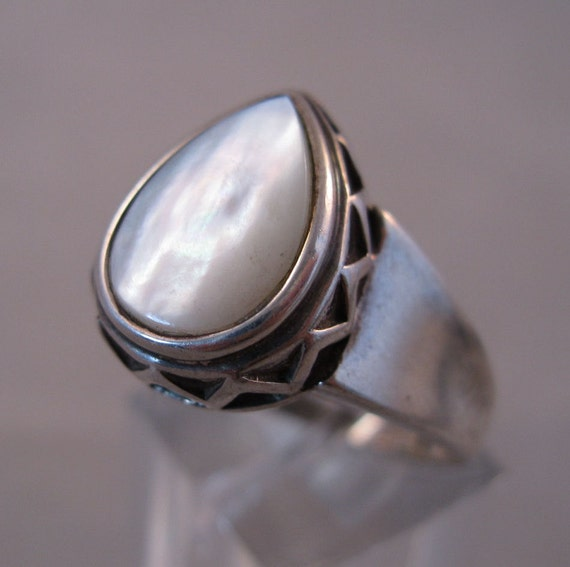 1980s Mother of Pearl Sterling Ring 5.65 grams Size 8