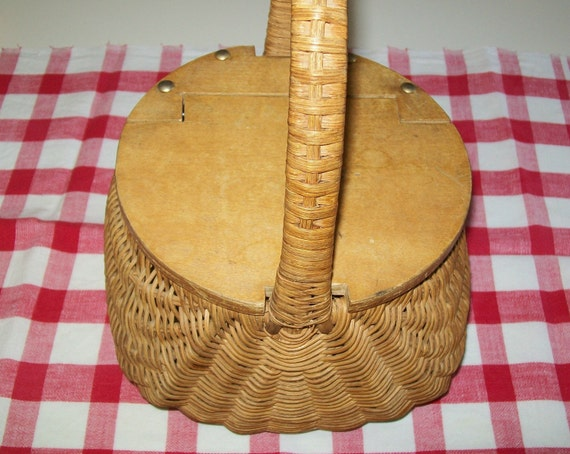 SALE - Vintage wicker basket, purse, handbag, rattan, brown, 1970s, 1960s, wood, wood cover, wooden top