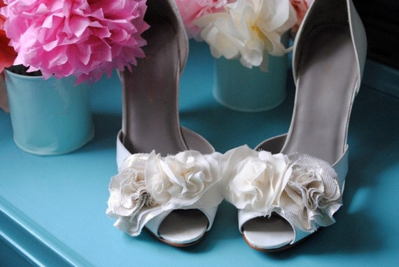 B. Poetic Shoe Clip Bouquet in Natural Goldie